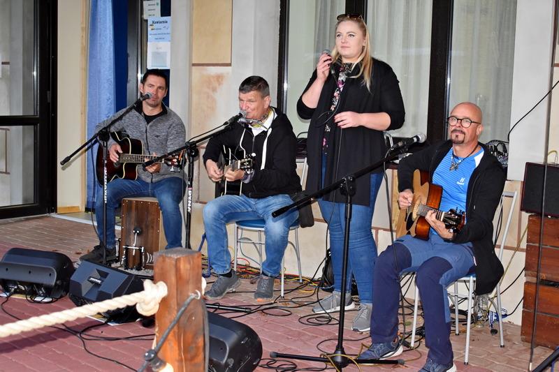 """Koncert zespołu """"Kapela z przypadku"""" na imprezie rolniczej firmy Agromasz Serwis."""